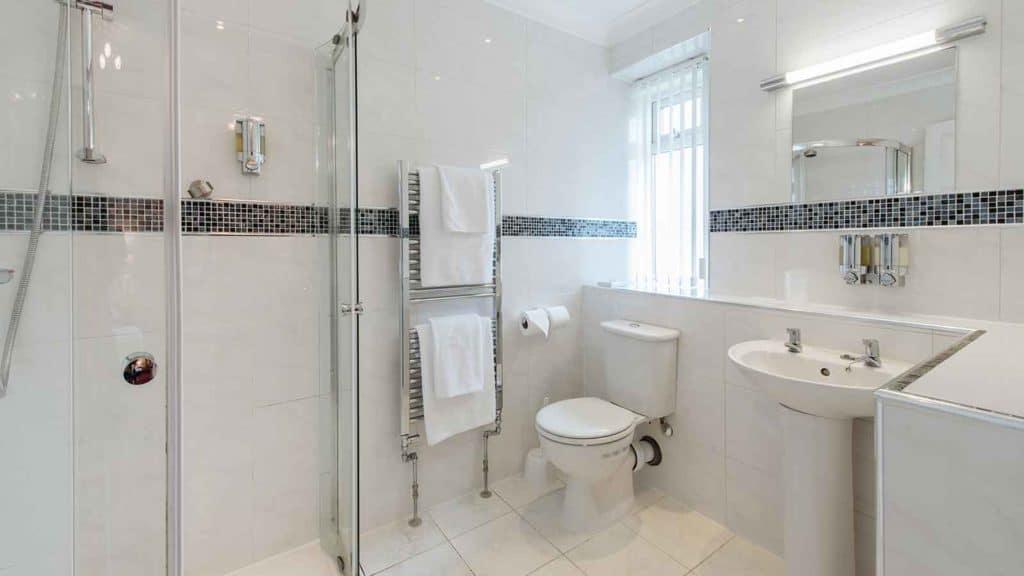 Standard-Rooms-Hotel-Headland-Bathroom-Example